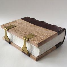 Olá, turma da encadernação !    Trouxe um tutorial sobre encadernação com capa em madeira.  Nada comum em nossos tempos, mas, na Antiguidade...
