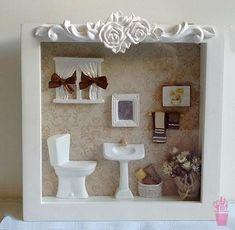 Quadro cenário para lavabo Vitrine Miniature, Miniature Rooms, Miniature Furniture, Doll Furniture, Bathroom Picture Frames, Box Picture Frames, Scrabble Crafts, Disney Diy Crafts, Shadow Box Art