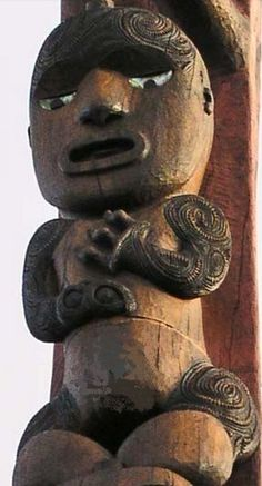 This carving of Hape stands just below Tiriwa at the Arataki Visitors' Centre. Hape, also known as Rakataura, was the senior priest on the Tainui canoe. Since the Waikato people are also from Tainui, Hape is shown in the Waikato style of carving. Maori Face Tattoo, Polynesian People, Nz Art, Pattern And Decoration, Maori Art, Reptiles And Amphibians, Scroll Saw, Pattern Art, Asian Art