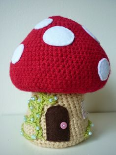 Crochet Toadstool and Gnomes - Tutorial.  http://annabooshouse.blogspot.dk/p/crochet-korknisse-and-toadstool.html