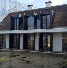 Prachtig uitgevoerde moderne villa met rieten dak en strakke Antraciete dakkapellen