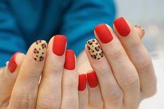 14 Nageldesigns, um das neue Jahr stilvoll zu begrüßen - Frauenhände mit roten Nägeln und Leoparden Informationen zu 14 Diseños de uñas para recibir el A - Nails Only, Love Nails, Pretty Nails, Red Gel Nails, Ten Nails, Acrylic Nails, Stiletto Nails, Minimalist Nails, Leopard Nails