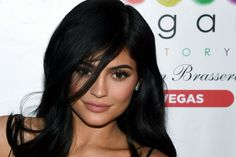 Kylie Jenner Photos - Television personality Kylie Jenner poses inside Sugar Factory American Brasserie at the Fashion Show mall on April 2017 in Las Vegas, Nevada. - Kylie Jenner Appears at Sugar Factory American Brasserie Kylie Jenner Facts, Who Is Kylie Jenner, Kylie Jenner Pregnant, Kylie Jenner Baby, Kylie Jenner Photos, Kylie Jenner Beauty Secrets, Travis Scott, Andrea Chavez, Kylie Jenner Embarazada
