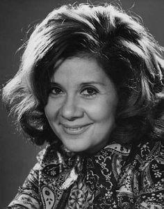Huszonöt éve hunyt el Budapesten Ruttkai Éva Kossuth-díjas színésznő, a Vígszínház vezető művésze. Russ Éva néven született Budapesten 1927. december 31-én. Háromévesen szerepelt először színpadon, La Pablo Picasso, Famous People, Film, Actors, Retro, Hungary, Movies, Google, Culture
