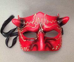 Dieses halbe Gesicht, die roten Teufel Maske wunderschön ist Hand in Handarbeit aus Papier-Mâché und die roten Feder Spitzen-Maske ist Qualität Harz