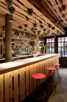 Techo cubierto de palets Bar Interior, Restaurant Interior Design, Coffee Shop Design, Cafe Design, Decoration Restaurant, Hospitality Design, Cafe Restaurant, Ceiling Design, Planer