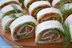 rollsy s tortilli z łososiem, przekąski, przekąski sylwestrowe, przekąski na imprezę, domowe rosllsy, tortilla z łososiem Tortilla, Up Halloween, Tortellini, Antipasto, Fresh Rolls, Starters, Sushi, Cake Recipes, Grilling