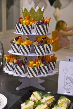 Great party food, chopped vegetables in a cup. I'd put some dip to the cup as well. 2nd Birthday Parties, Girl Birthday, Brunch Party, Tea Party, Icecream Bar, Party Snacks, Raw Food Recipes, Kids Meals, Party Planning