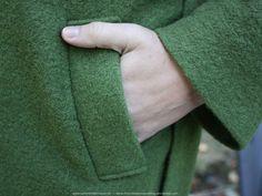 In het voorpand van de wollen vestjas zitten aan beide zijden insteekzakken die voorzien zijn van zakstroken. De constructie ervan is eigenlijk heel eenvoudig en zet ik stap voor stap hieronder uit…