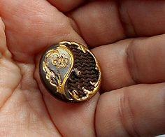 Antique Victorian Français bouton métal de cheveux de deuil. Cheveux tissé en jacquard en ferronnerie ouvert coupe ornée de défilement tige bouton Keepsake.