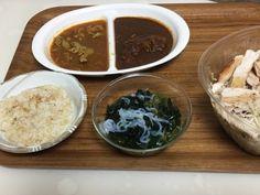 チキサラとしらたきワカメめかぶ、二色カレー。 ビーフカレーとポークのスープカレーです。