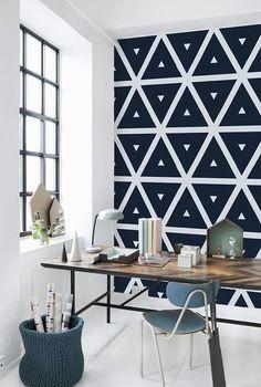 Les motifs géométriques sont faciles à réaliser sur un mur avec un peu de peinture, des rubans de masquage et de bons pinceaux.