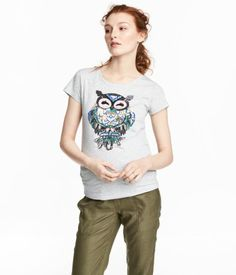 Light gray/owl. Jersey top with a motif at front and short sleeves. Gathers at sides for improved fit.