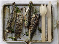 Gegrillte Sardinen mit Spinat, Sultaninen und Sherry: So lieben Portugiesen ihren Klassiker: gegrillte Sardinen mit süß-pikantem Spinat.