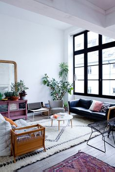 大きな窓のあるリビング。それぞれデザインも色も違う魅力的な家具たちも、なぜかまとまりのある空間に。