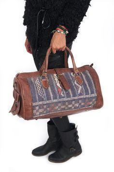 Na de stoere zomertrend (ibiza style), komt de hippe Naajaar/ wintertrend: Kelim boots of bag!!!, alias Ibiza laarsjes of tassen Deze stoere tassen staan ook bekend als de boho-bag. Ibiza tassen die gemaakt zijn van gebruikt Kelim tapijt en hoogwaardi