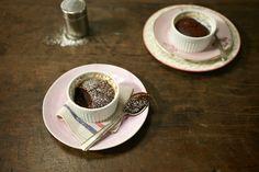 Bolo de chocolate com castanha-do-pará e mel | #ReceitaPanelinha: Bolo de chocolate sem glúten? Temos! Nesta versão a farinha é substituída por castanhas e o açúcar por mel.