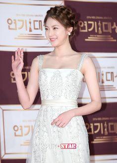 (21) تويتر Korean Actresses, Actors & Actresses, Gong Seung Yeon, Korean Star, Beautiful Asian Women, Girl Next Door, Asian Fashion, Asian Woman, One Shoulder Wedding Dress