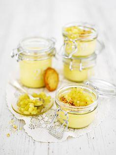 Sitruunainen juustokakku sai hauskan vanukasmaisen muodon. Sen kanssa tarjotaan omenaista hilloketta ja keksinmuruja. Keksit voi halutessaan murustella jo