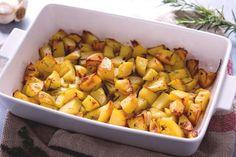 Le patate al forno sono il più classico e più apprezzato dei contorni: croccanti e saporite patate a cubetti aromatizzate con timo rosmarino e aglio.