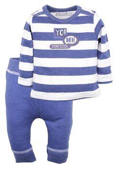 Jongens setje Yo Dude van het kinderkleding merk Dirkje babywear.  Dit is een 2 delig jongens setje bestaande uit : 1) Een blauw wit gestreept tshirt met een lange mouw, voorzien van de tekst : Yo Dude stay cool 2) Een effen blauw broekje zonder sluiting