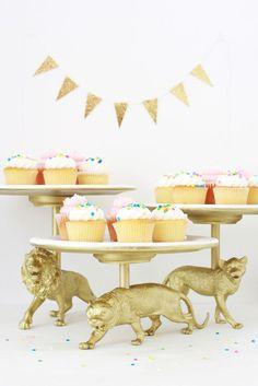 DIY Gold animals Cake Stand. Manualidades y Fiesta, soporte para cupcakes con animales en oro.