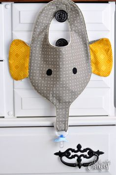 Joli bavoir en forme de tête d'éléphant de stubbornlycrafty . Le petit plus, la trompe retient la tétine de bébé ! Le tutoriel est bien conçu avec des images. Le patron est imprimable. Une bonne idée cadeau pour les petits qui aiment les animaux........
