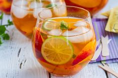 Iced Sencha Tea With Peaches & Lime. Iced Sencha Tea With Peaches & Lime Yummy Drinks, Healthy Drinks, Healthy Snacks, Healthy Eating, Healthy Mind, Infused Water Recipes, Fruit Infused Water, Twg Tea, Homemade Iced Tea