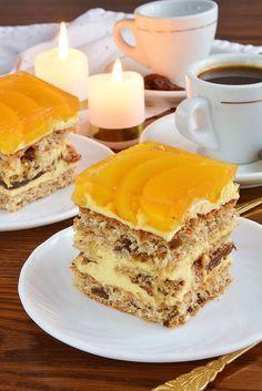 Ciasto, które skradło nie jedno podniebienie. Idealne połączenie składników. Znajdziemy w nim orzechy, kawową nutę, aromat kokosa, orzeźwiającą galaretkę z brzoskwinią i niewielką ilość czekolady. Polish Desserts, Polish Recipes, No Bake Desserts, Sweets Cake, Cupcake Cakes, Pudding Cake, Russian Recipes, Food Design, Cake Cookies