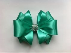 Бантик из ленты Канзаши DIY Kanzashi bow of ribbon Curva da fita Baugen av bånd Nœud de ruban Ribbon Art, Ribbon Hair Bows, Diy Hair Bows, Diy Bow, Diy Ribbon, Ribbon Crafts, Fabric Bows, Fabric Flowers, Hair Bow Tutorial