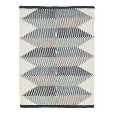 Lubo Blue, handvävd matta från Linie Design med ett grafiskt mönster och naturnära färger. Mattan är tillverkad i 100% Nya Zeeländsk ull.Lubo är en del av Linie Designs kollektion Artwork. Kollektionen har ett nordiskt uttryck, med en internationell touch. Designen är enkel men samtidigt lekfull, estetisk och full av kontraster. Slutresultatet är en kollektion med mattor som ger ett lugnt och harmoniskt intryck.