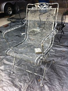 DIY: How to Paint a Vintage, Wrought Iron Chair After sitting outside for many, many years your patio furniture might get a bit tired and ugly. On this DIY page, you will find out how I easily paint. Painting Patio Furniture, Patio Furniture Makeover, Metal Patio Furniture, Patio Furniture Cushions, Garden Furniture, Furniture Ideas, Urban Furniture, Ikea Furniture, Furniture Layout