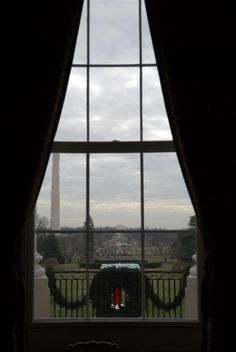View of the Washington Monument from the White House at Christmas Michelle Obama Pictures, Obama Photos, Outside Christmas Decorations, Palaces, Art And Architecture, Picture Photo, Amazing Photography, Castles, Washington