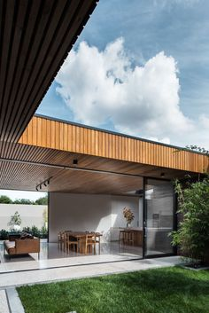 Image 5 of 16 from gallery of Courtyard House / FIGR Architecture & Design. Photograph by Tom Blachford Garden Architecture, Residential Architecture, Modern Architecture, Casa Patio, Design Exterior, House Photography, Courtyard House, Brick Courtyard, Courtyard Design