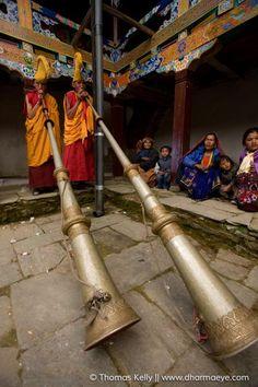 Tibet - Grande trompe (dung-chen) - Pour communiquer vers l'extérieur du monastère, les moines ont recours à la puissance des grandes trompes dung-chen. La plupart du temps, les moines musiciens jouent par cœur. Il existe toutefois une notation musicale propre à chaque tradition bouddhique et même à chaque monastère, bien que le principe général en demeure similaire. -