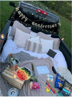 Diy date outdoors. Make a spot in your truck bed for couples night in the backyard. Night Picnic, Picnic Date, Cute Relationship Goals, Cute Relationships, Relationship Gifts, Romantic Date Night Ideas, Romantic Surprise, Romantic Home Dates, Romantic Bath