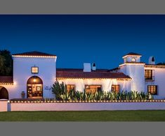 Love the white stucco the architectural plantings and the lights defining the architectural lines.