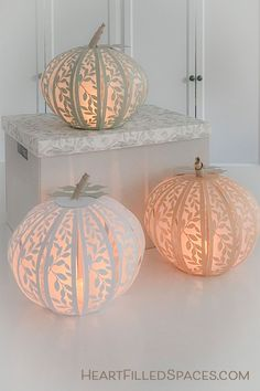 Learn how to make these pretty paper pumpkins for your fall decor.  Includes step by step tutorial and free SVG cut files. #crafts #paperpumpkins #fall #Thanksgiving #Halloween Diy Para A Casa, Fall Crafts, Diy Crafts, Rustic Crafts, Holiday Crafts, Decor Scandinavian, Paper Pumpkin, Pumpkin Crafts, Harvest Crafts