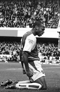 Thierry Henry, I think this is that iconic picture, where Henry scored and slides on his knees in another picture you can see spurs fans spitting venom and us the Gooners jubilant Football Icon, Arsenal Football, Sport Football, Football Art, Arsenal Fc, Arsenal Players, Soccer Drills, Play Soccer, Football Players