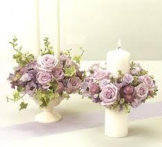 Velas blancas y rosas violetas
