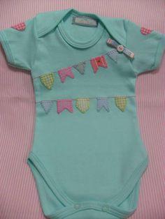 Body (ou camisa) para bebê, personalizado com nome, bordado à mão, em diversas cores (sob consulta).  Tecido 100% algodão.  Tamanhos P, M, G.    Temos:  - body para bebês regata (valores a consultar)  - Camisa infantil tamanho 2, 4, 6, 8 e 10 (valores a consultar)    VALOR REFERENTE A 01 NOME.  A...