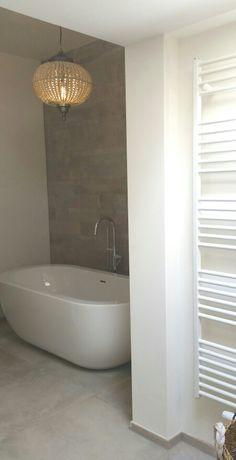 Lamp PTMD boven vrijstaand bad.