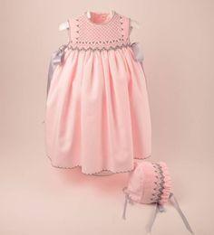 Precioso faldón con capota para bebe niña en viyela rosa bordado a mano en punto…