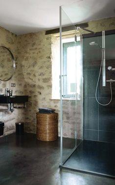 Dans la salle de bains aussi, pierre apparente et sobriété