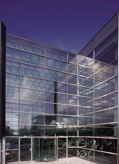 Curtain wall facade being used to support a large span of glass in this structure
