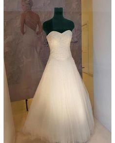 Un meraviglioso abito nella nostra vetrina di Battipaglia per le principesse moderne!