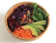 Salade jeunes pousses / lentilles / carottes et chou rouge rapé / betteraves / avocat / oignon rouge