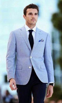 Comprar ropa de este look: https://lookastic.es/moda-hombre/looks/blazer-camisa-de-vestir-pantalon-de-vestir-corbata-panuelo-de-bolsillo-reloj/2726 — Camisa de Vestir Blanca — Corbata Negra — Pañuelo de Bolsillo Estampado Azul — Blazer Celeste — Reloj de Cuero Negro — Pantalón de Vestir Azul Marino