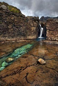 Paisaje naturaleza cascada piedras lago