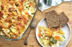 Grønnsaksgrateng kan være middag i seg selv, eller tilbehør til fisk eller kjøtt. Bruk grønnsaksrestene i kjøleskapet, og lag en sunn grønnsaksgrateng. Norwegian Food, Norwegian Recipes, Hawaiian Pizza, Cauliflower, Food And Drink, Vegetables, Norway, Art, Cauliflowers